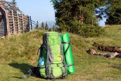 Plecak w góra krajobrazie zdjęcie stock