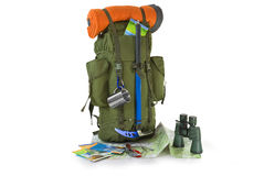 Plecak z turystycznym wyposażeniem na biel Obraz Stock