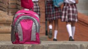 Plecaka I Żeńskich uczni Chodzić Zdjęcie Royalty Free