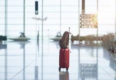 Plecaka i walizki pozycja na podłodze wyjściowy hol przy zmierzchem fotografia royalty free