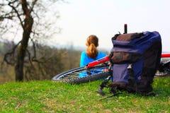 plecaka rowerowa dziewczyny natura obrazy royalty free