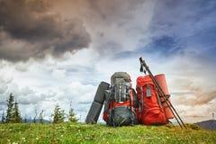 Plecaki w górach przegapia góry na gree obrazy stock