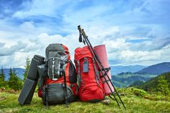 Plecaki w górach przegapia góry na gree zdjęcia royalty free