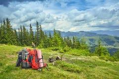 Plecaki w górach przegapia góry na gree obraz royalty free