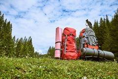 Plecaki w górach przegapia góry na gree obraz stock