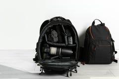 Plecaki z fachowym fotografa wyposażeniem zdjęcia royalty free