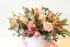 Plechtig boeket van bloemen voor mooie dames, bos van rozen royalty-vrije stock foto's