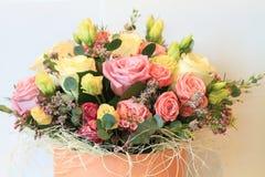 Plechtig boeket van bloemen voor mooie dames, bos van rozen royalty-vrije stock afbeelding
