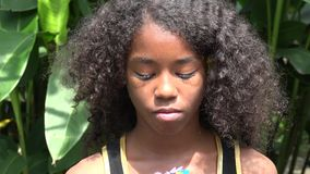 Plechtig of Droevig Tiener Afrikaans Meisje stock video