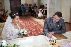 Plechtige registratie van huwelijk Stock Afbeeldingen