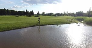 Plecy jogging kobieta wzdłuż gazonu blisko rzeki Pełna prędkość zbiory wideo