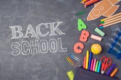 Plecy szkolny Tło z szkolnymi dostawami na widok obraz royalty free