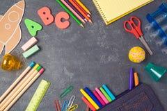 Plecy szkolny Tło z szkolnymi dostawami na widok Zdjęcie Royalty Free