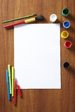 Plecy Szkolny uczni sztuki ochraniacz maluje i pióra zdjęcie stock