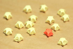 Plegamiento de papel de la estrella en viejo fondo de papel Foto de archivo