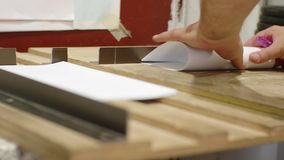 Plegamiento manual del papel de un hombre blanco en una casa de impresión metrajes