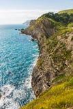 Plegamientos de la piedra caliza en los acantilados y Océano Atlántico de tiza del agujero de la escalera fotos de archivo