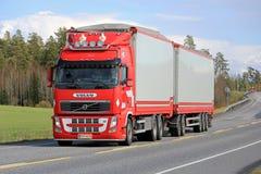 Plein camion de remorque rouge de Volvo FH sur la route Photo stock