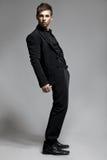 Plein corps de jeune homme portant en équilibre dans le studio Photos libres de droits