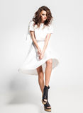 Plein corps de la pose modèle de belle femme dans la robe blanche dans le studio photos libres de droits