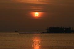 Plein coucher du soleil à la mer Images libres de droits