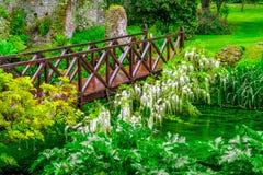 Plein en bois vif de la rivière Green de pont de conte de fées des fleurs dans le jardin d'agrément photo libre de droits