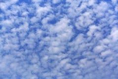 Plein fond de cadre de ciel nuageux bleu image stock