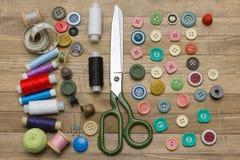 Plein kit de couture sur les milieux en bois Photos stock