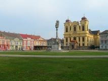 Plein met katholieke kerk en barokke gebouwen stock afbeeldingen