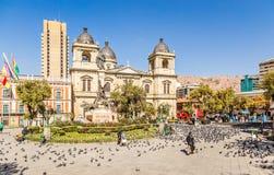 Plein Murillo, het centrale vierkante hoogtepunt van La Paz van duiven met kathedraal op de achtergrond, Bolivië stock afbeelding