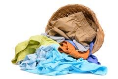 Plein panier de blanchisserie en osier d'isolement images stock