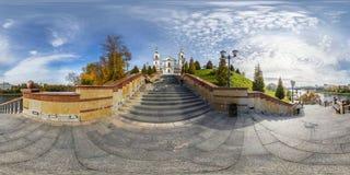 Plein panorama sphérique sans couture 360 degrés d'angle de remblai de vue sur les escaliers devant l'église orthodoxe panorama 3 photographie stock libre de droits