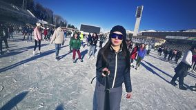 Plein patinage de glace de jeune femme de longueur de HD extérieur à la patinoire Medeo clips vidéos