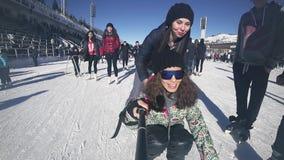 Plein patinage de glace de jeunes femmes de longueur de HD extérieur à la patinoire Medeo banque de vidéos