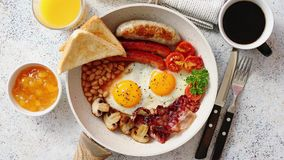 Plein petit déjeuner anglais traditionnel sur la poêle clips vidéos