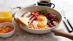 Plein petit déjeuner anglais traditionnel sur la poêle banque de vidéos