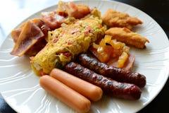 Plein petit déjeuner avec le lard de saucisse d'omelette et la pomme de terre frite Photos stock