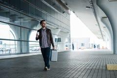 Plein portrait de corps d'un voyageur masculin heureux marchant avec les sacs et le café Photos stock