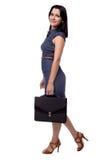 Plein portrait de corps de femme d'affaires dans la robe avec le portfolio, serviette, d'isolement sur le blanc Photo stock