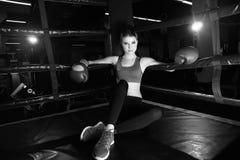 Plein portrait de corps de femme de boxeur se reposant dans le coin d'anneau image libre de droits