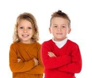 Plein portrait de deux enfants blonds photos stock