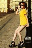 Plein portrait extérieur de corps de la jeune belle dame à la mode posant sur la rue Vêtements élégants de port modèles d'été Image stock