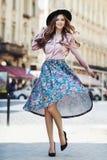 Plein portrait extérieur de corps de la jeune belle dame heureuse à la mode posant sur la rue Chapeau élégant de port modèle et Image stock