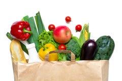 Plein sac de papier de nourriture biologique différente sur un fond blanc image libre de droits