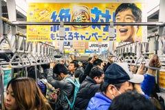 Plein train pendant l'heure de pointe dans le souterrain de Tokyo photographie stock libre de droits