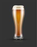 Plein verre de bière blonde blonde avec la mousse Photo libre de droits