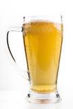 Plein verre de bière d'isolement sur le blanc avec une mousse photo stock