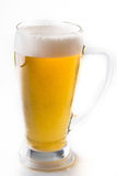 Plein verre de bière d'isolement sur le blanc avec une mousse photo libre de droits