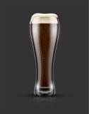 Plein verre de bière de noir foncé avec la mousse Images stock
