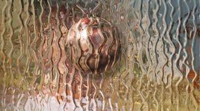 Plein verre de couleur avec la boule Images stock